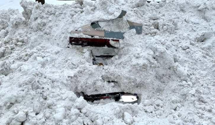 Condutor de limpa-neves encontra mulher dentro de carro coberto de neve