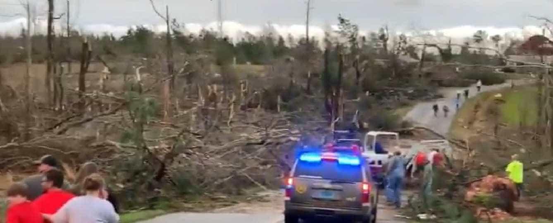A destruição provocada por um tornado numa comunidade do Alabama