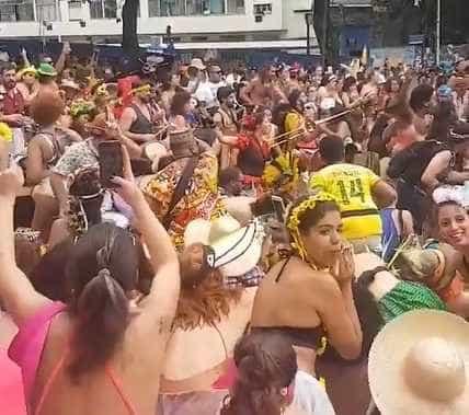Grupo de Carnaval sentado no chão até que criança perdida encontrasse mãe