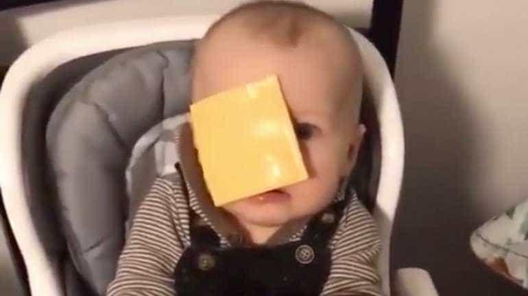 Por que razão atiram fatias de queijo a bebés? Novo desafio na internet