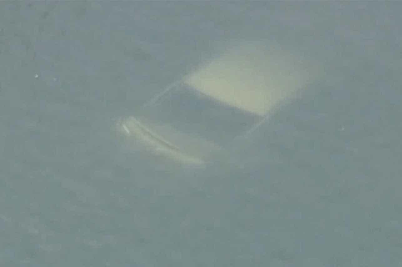 Homem salta para o rio para salvar mulher em cima de carro a afundar