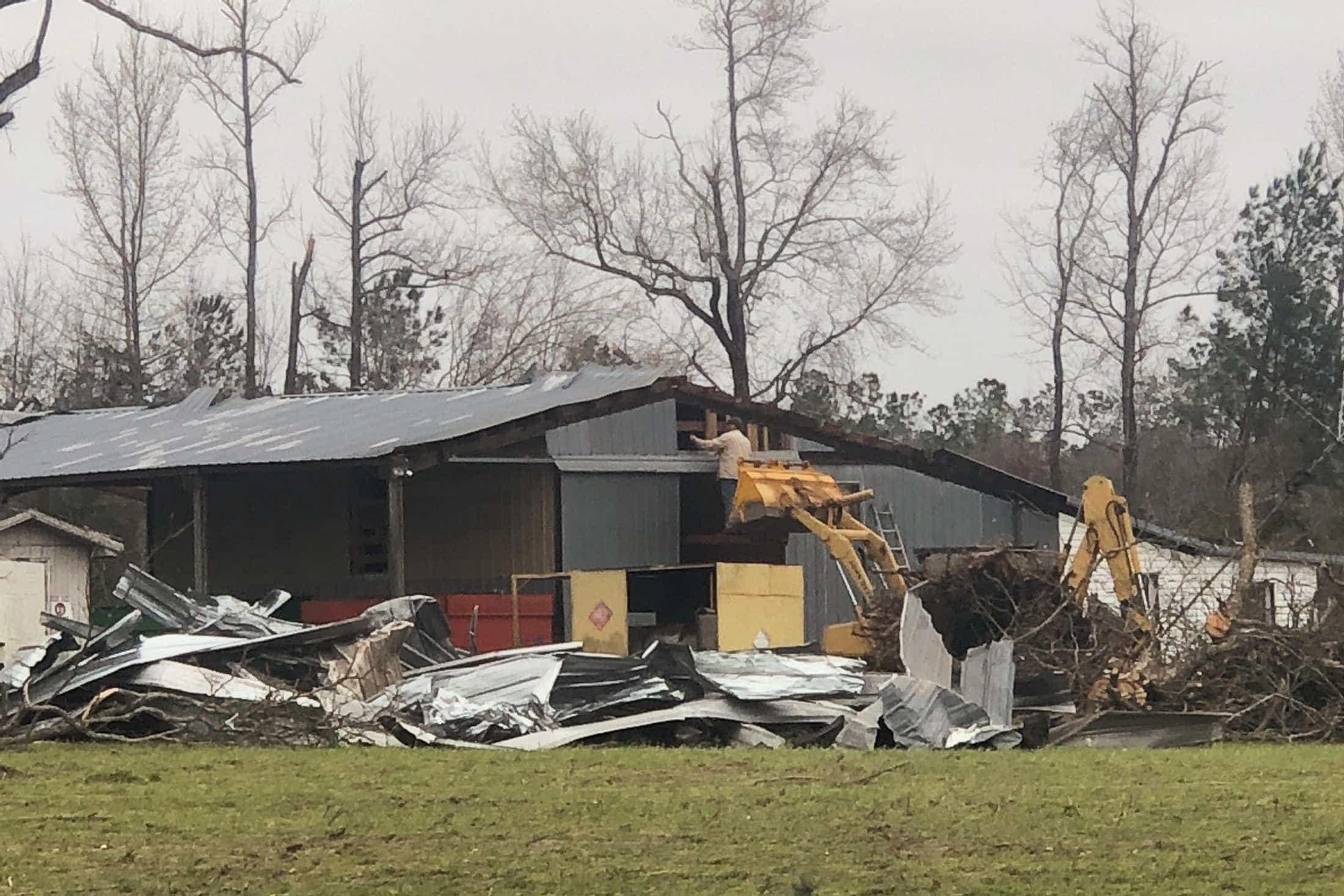Tornado no Alabama roubou vidas e deixou rasto de destruição