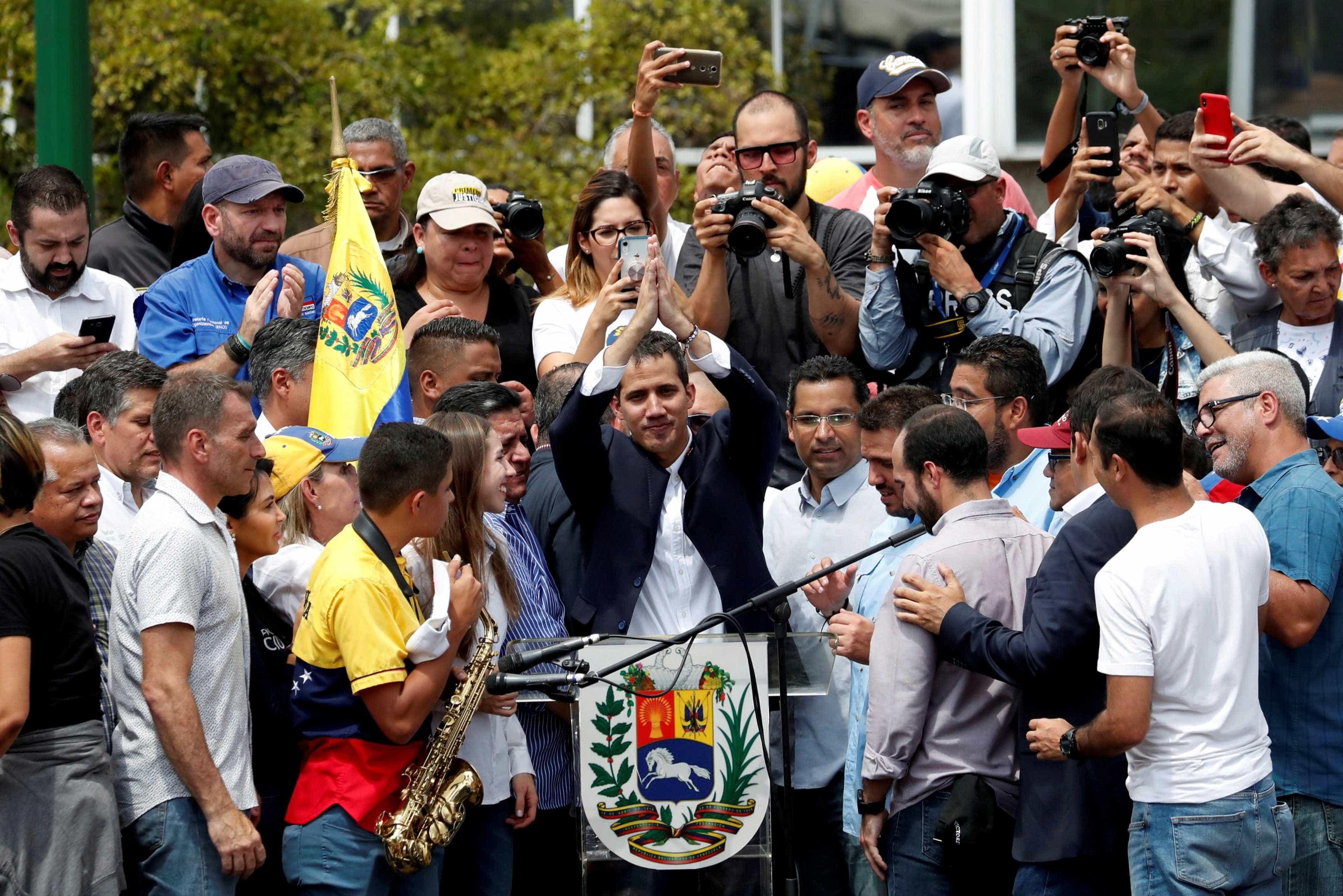 Guaidó regressou, teve palmas em vez de algemas, mas impasse mantém-se