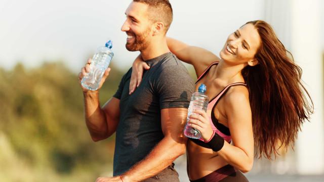 Perigo. Entenda por que não deve reutilizar garrafas de água de plástico