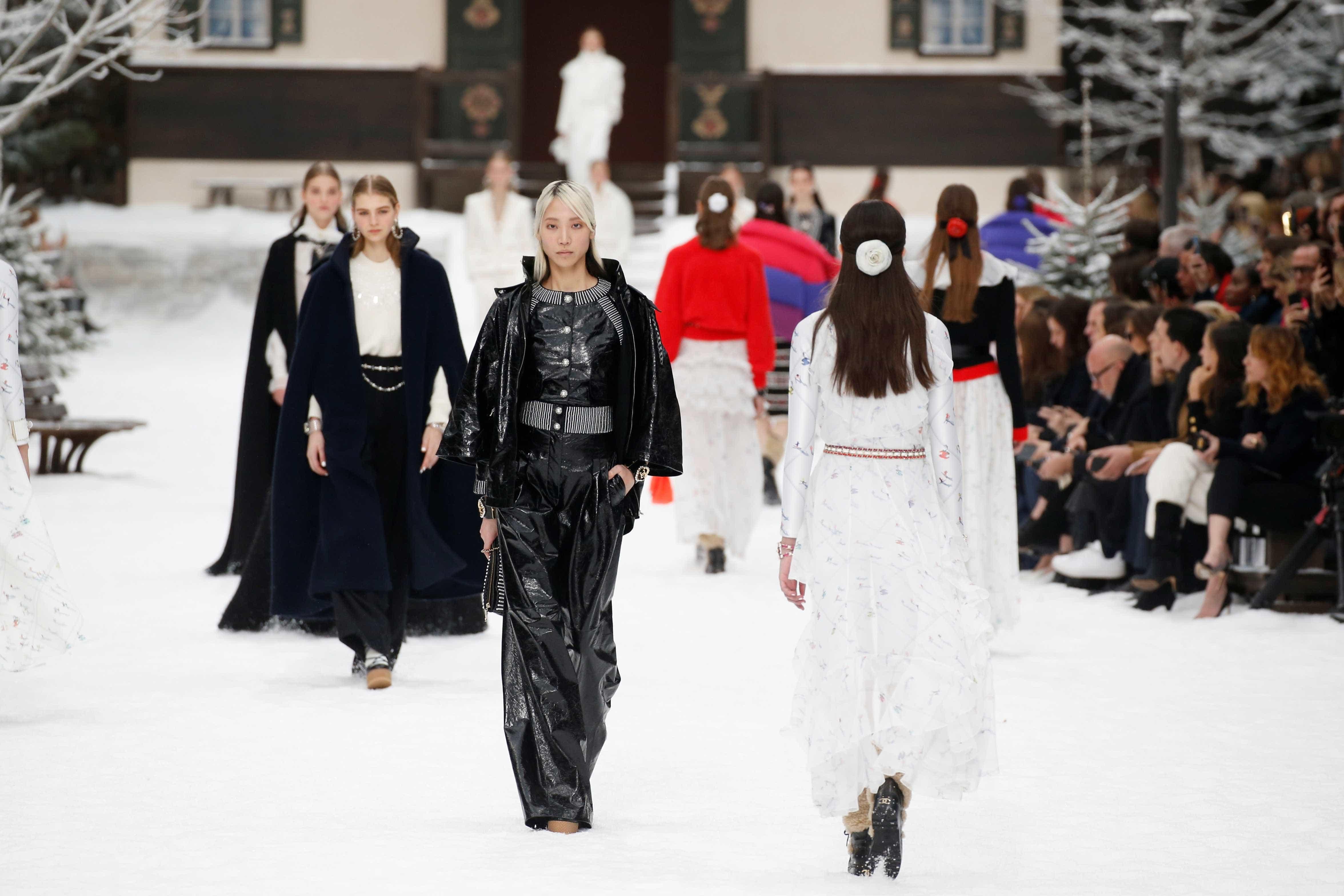 Desfile da Chanel faz um minuto de silêncio por Karl Lagerfeld