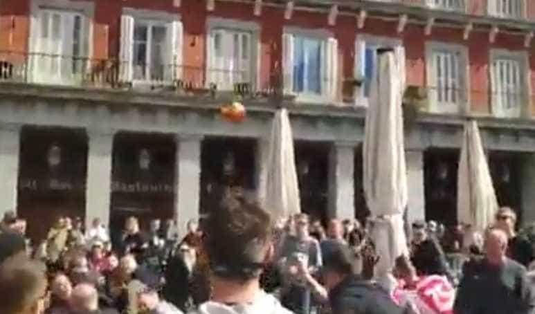 Adeptos do Ajax de pontaria certeira tiram bandeira da Plaza Mayor