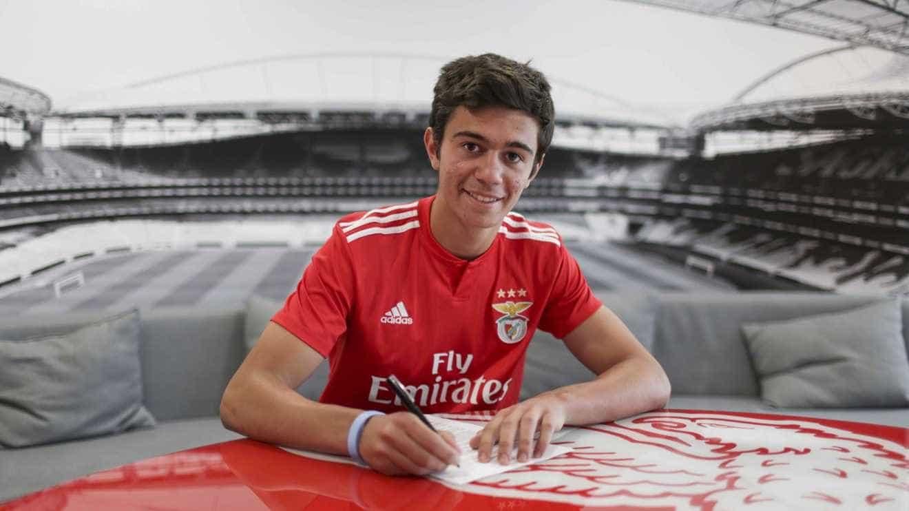Benfica 'agarra' mais uma pérola com contrato profissional