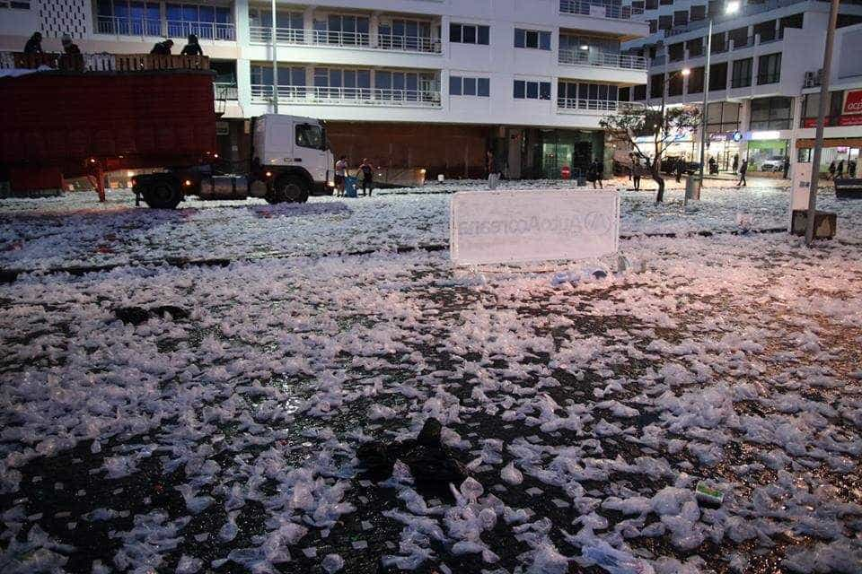Não, não é um nevão. Assim ficaram as ruas de Ponta Delgada após a folia