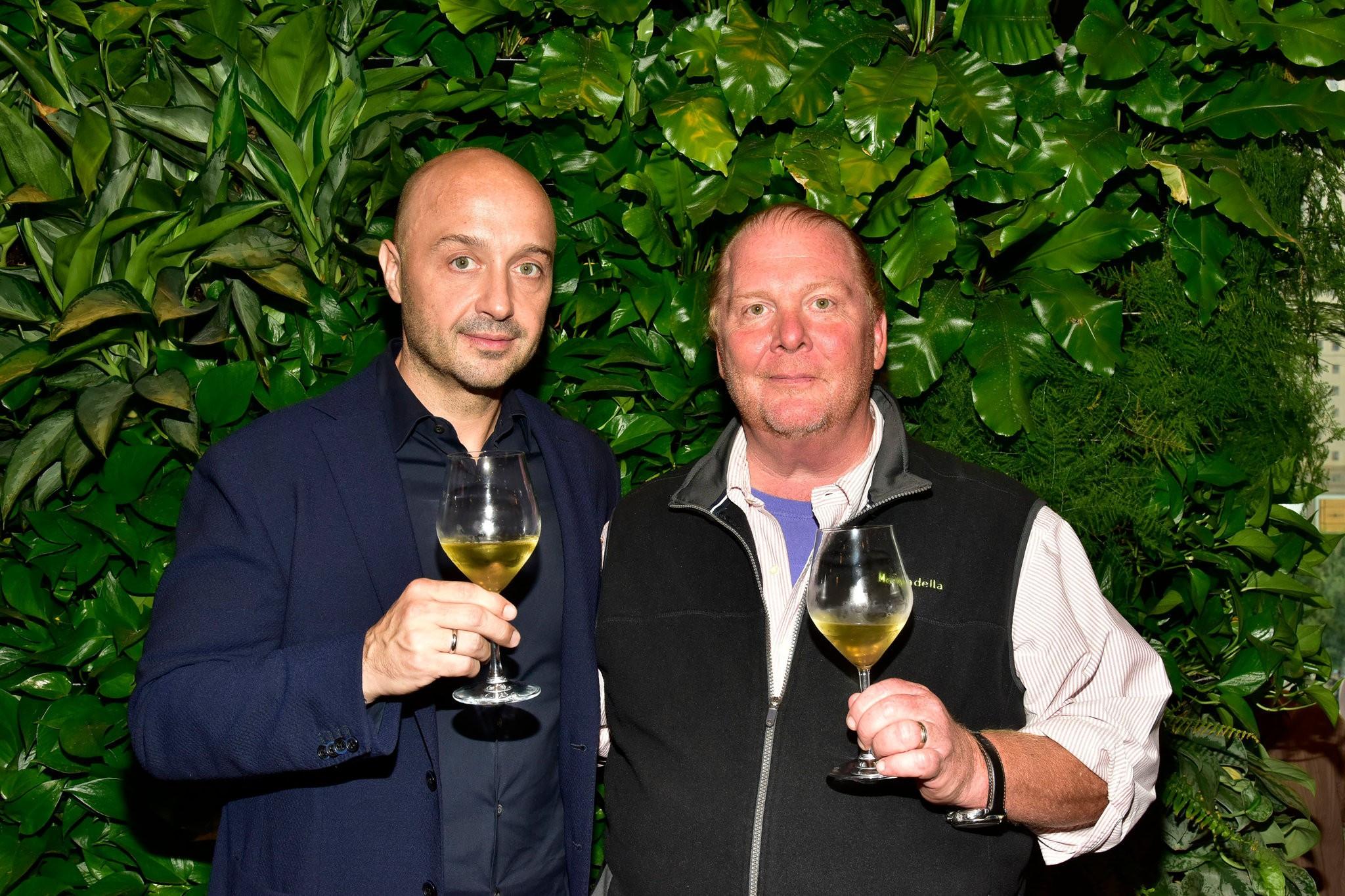Chef Mario Batali entrega restaurantes após acusações de abuso sexual