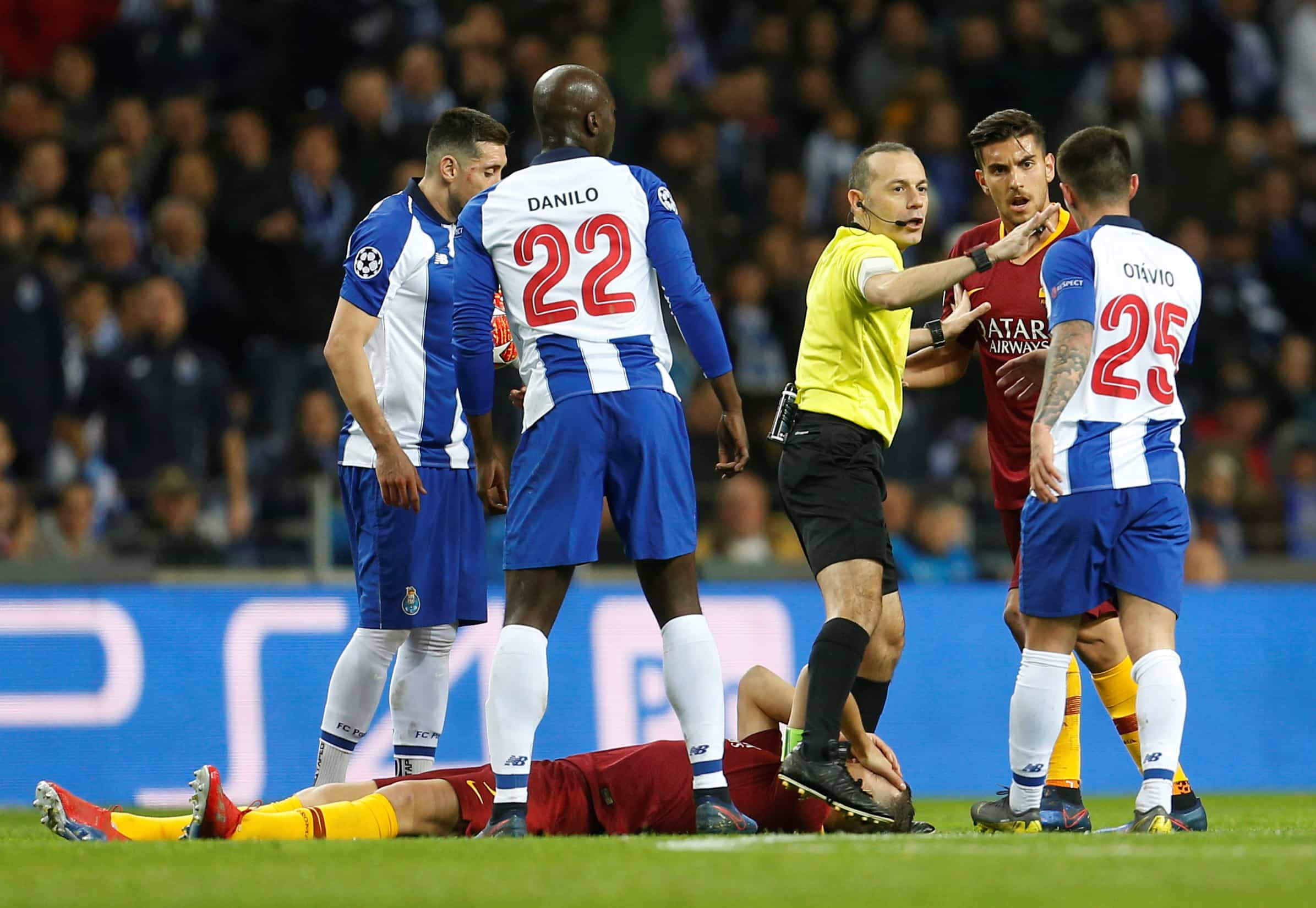 Árbitro do FC Porto-Roma foi informado da morte do pai após o jogo