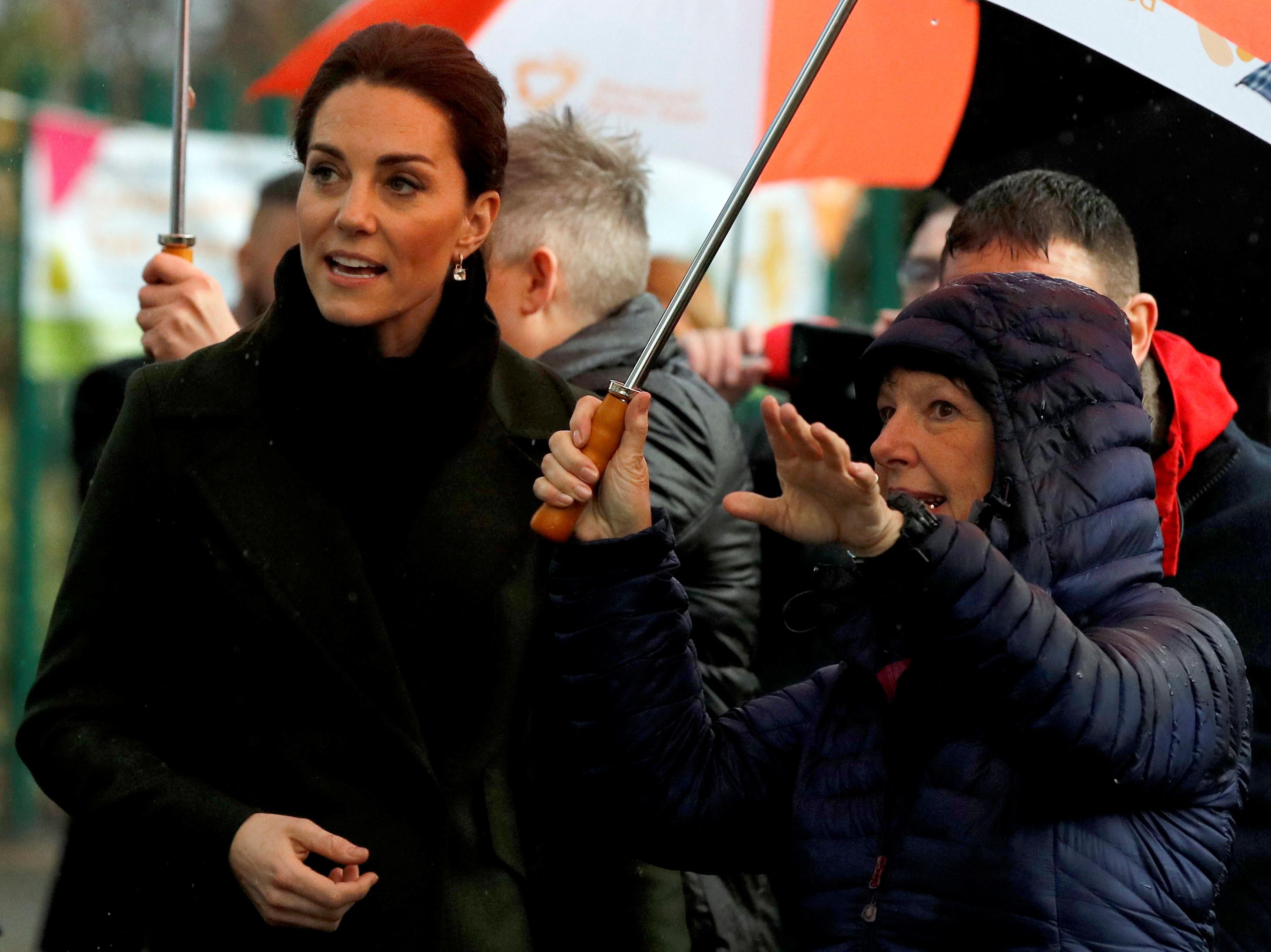 Nem a chuva roubou a elegância a Kate Middleton