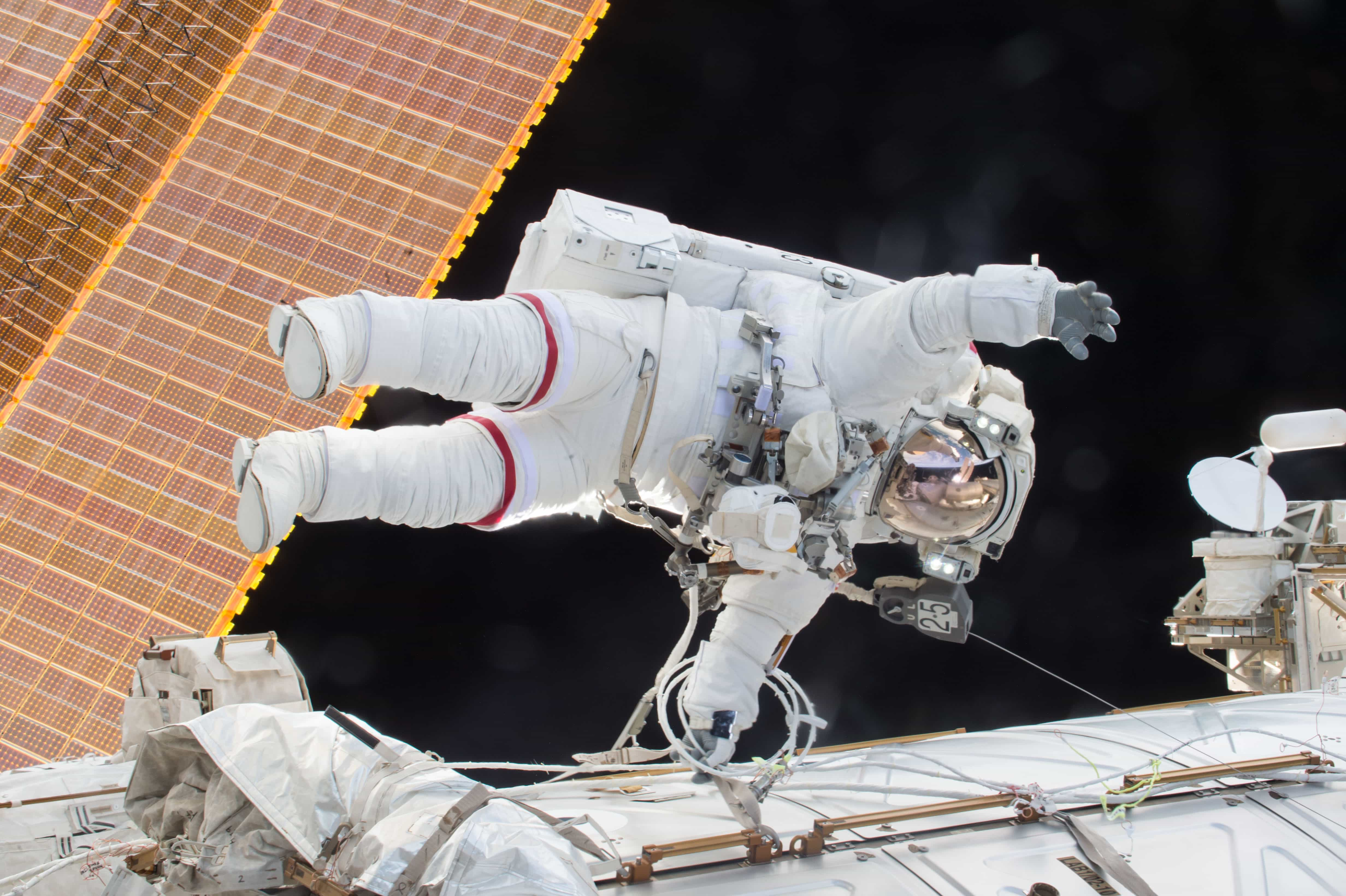 Duas astronautas vão fazer a primeira caminhada espacial 100% feminina
