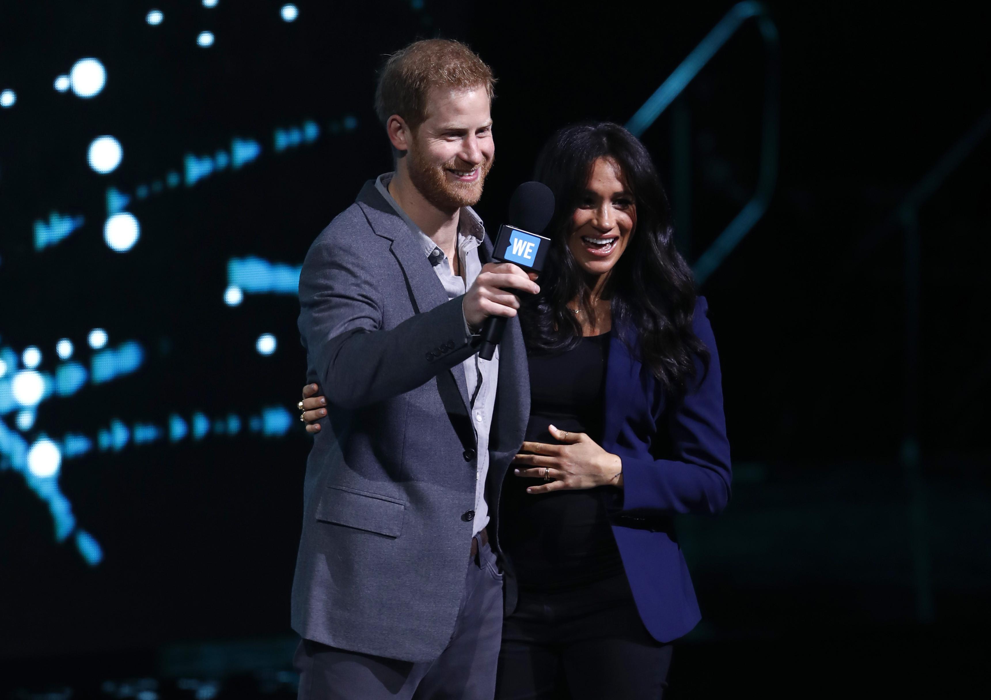 Príncipe Harry faz surpresa em evento ao chamar Meghan Markle ao palco