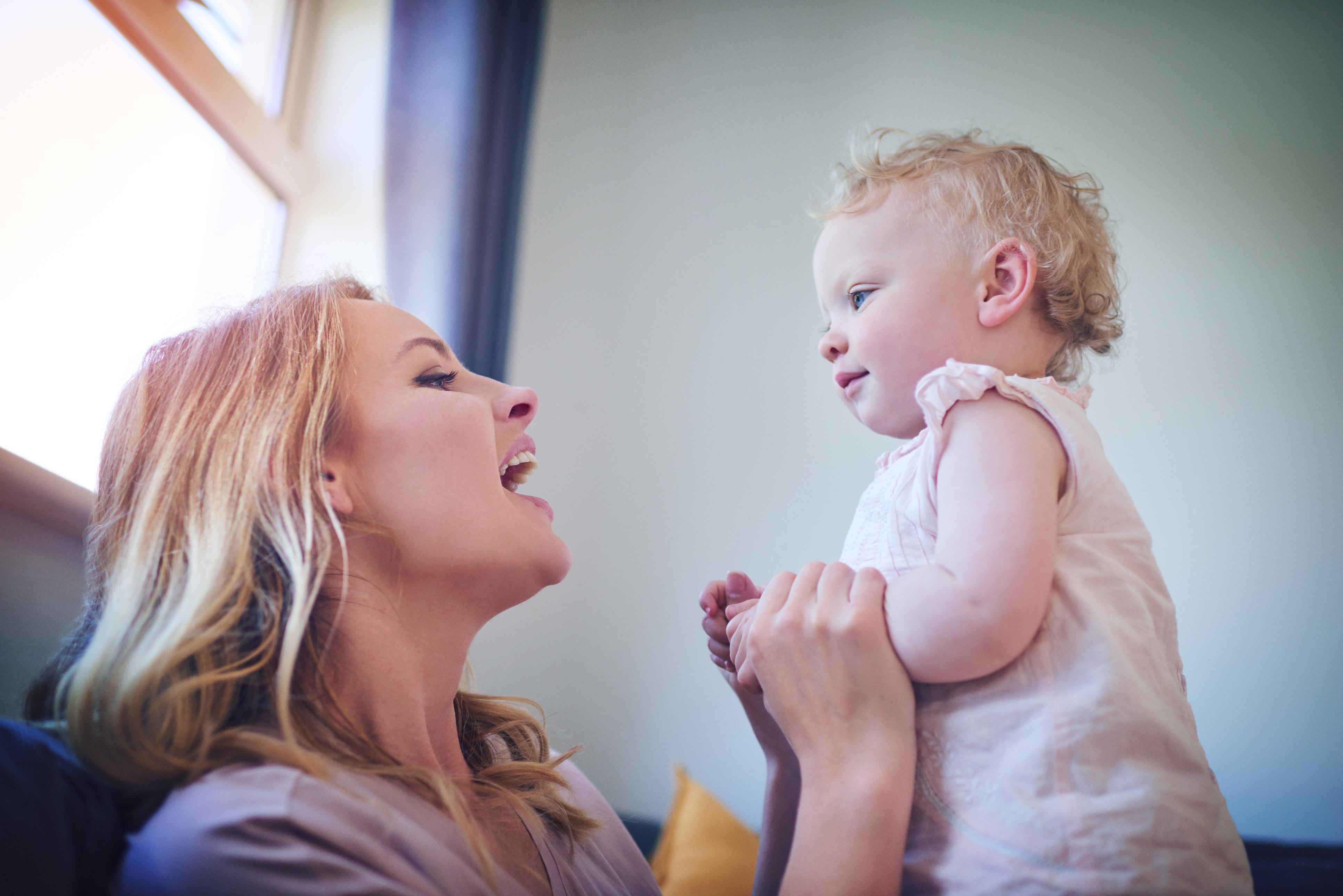 Mulheres que cantam para os filhos têm uma relação mãe-bebé mais saudável