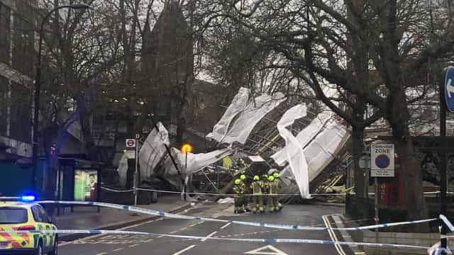 Andaimes colapsam perto de hospital de Londres devido a ventos fortes