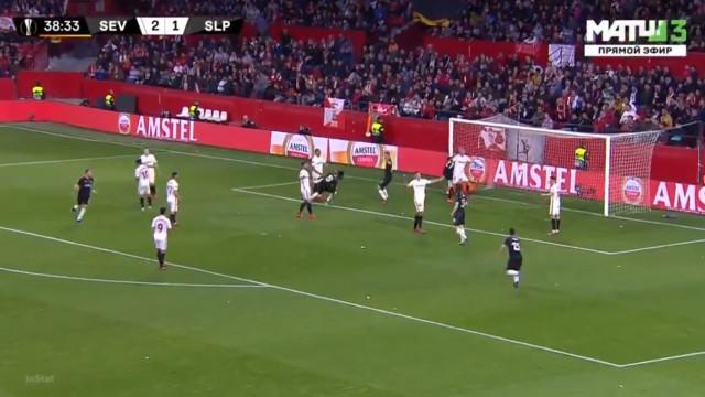 Bizarro: Jogador do Slavia Praga marca ao Sevilla sem saber o que fez