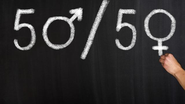 Mulheres ganham menos do que homens, mas a diferença vai ser fiscalizada