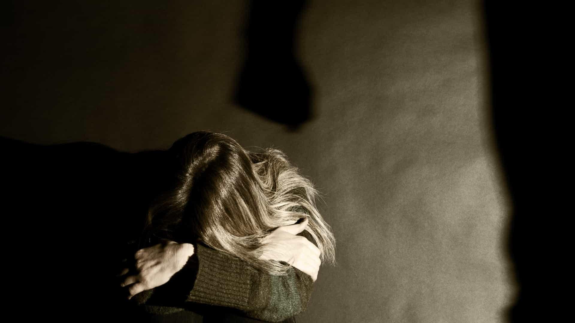 Por que tantas mulheres não denunciam a violência doméstica?