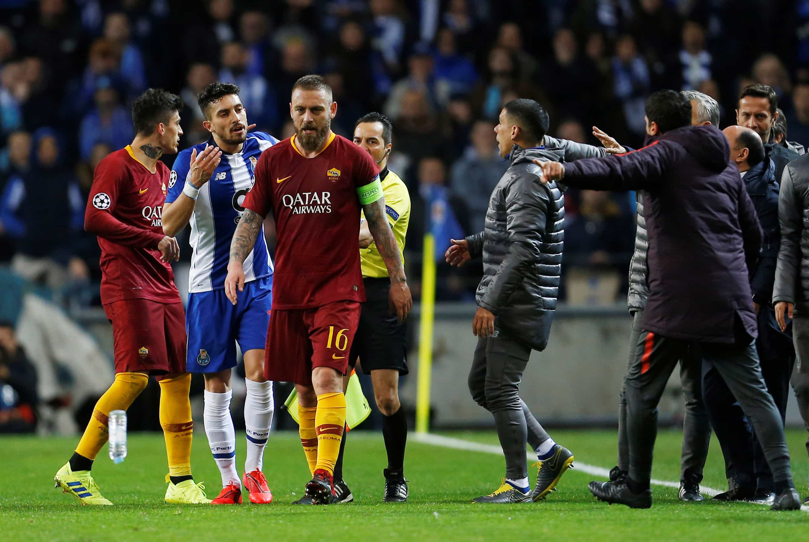 UEFA explica por que não assinalou penálti no final do FC Porto-AS Roma