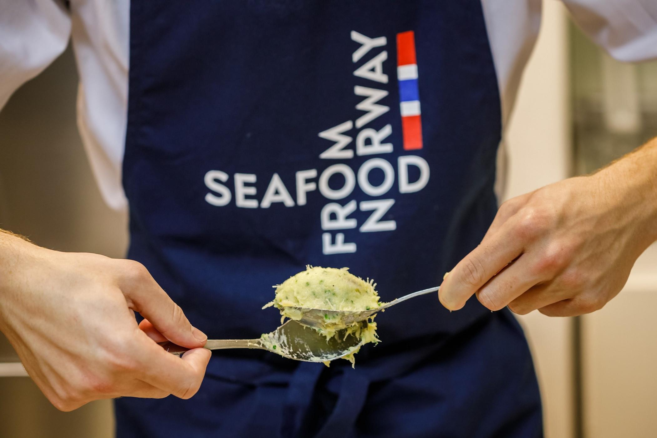 Chefs Portugueses cozinham bacalhau para pescadores noruegueses