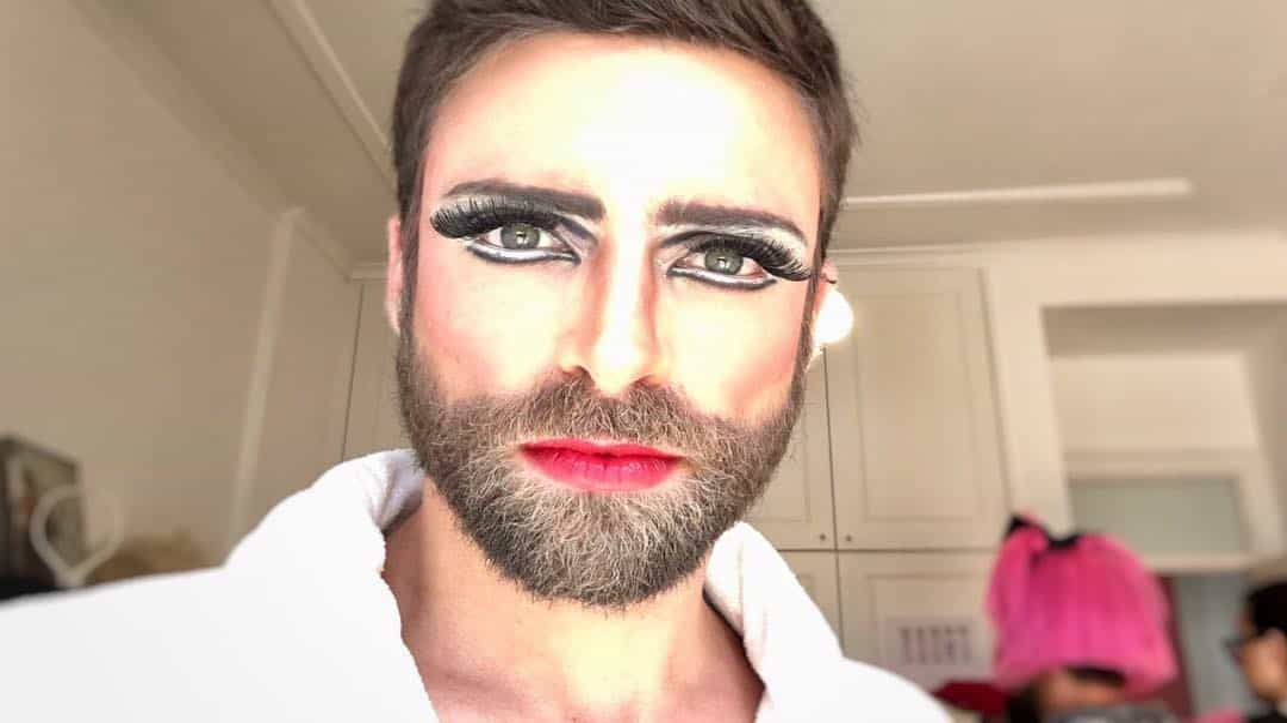 Diogo Amaral de lábios e olhos pintados para assinalar Dia da Mulher