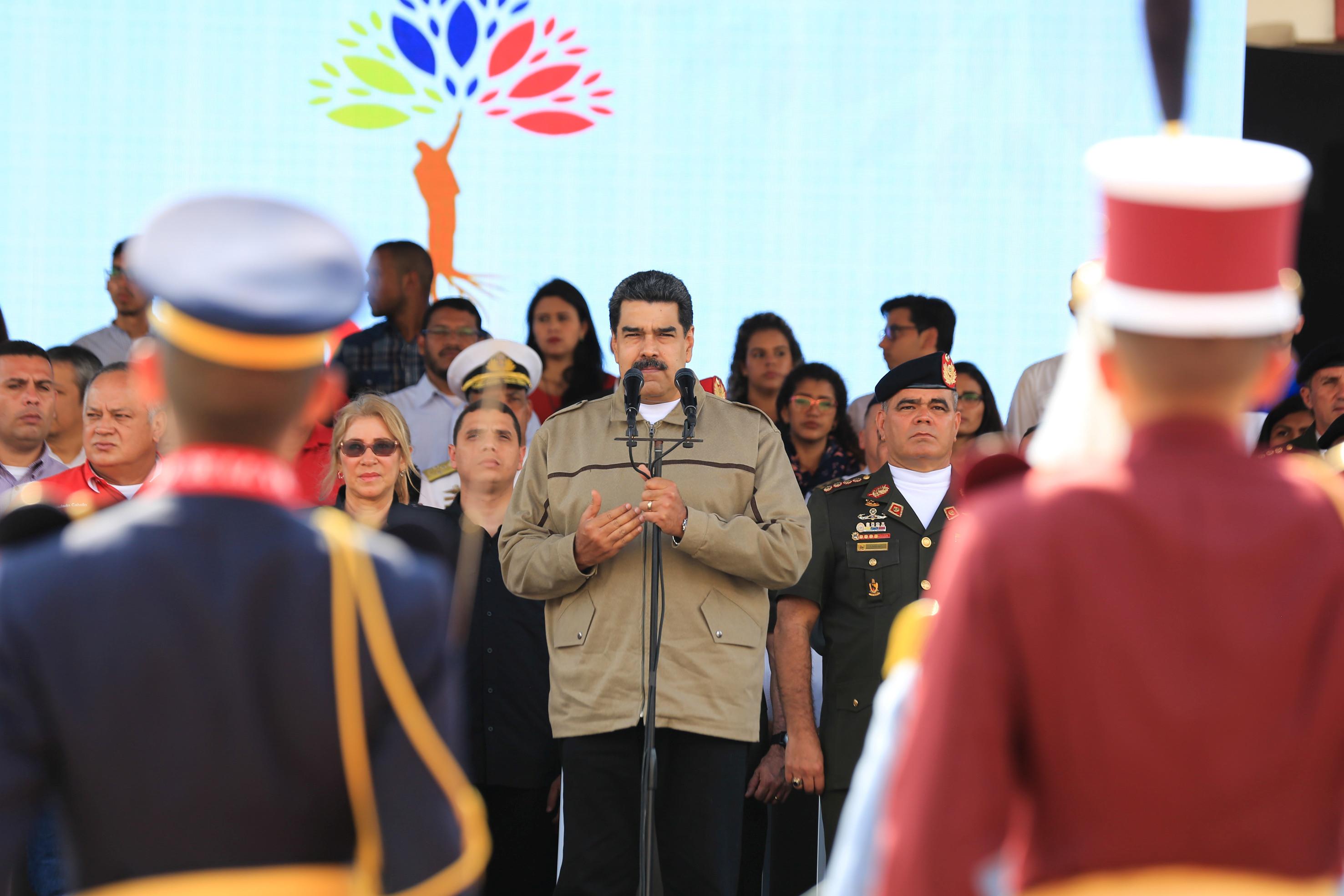 Governo de Maduro suspende atividade laboral e escolar após apagão