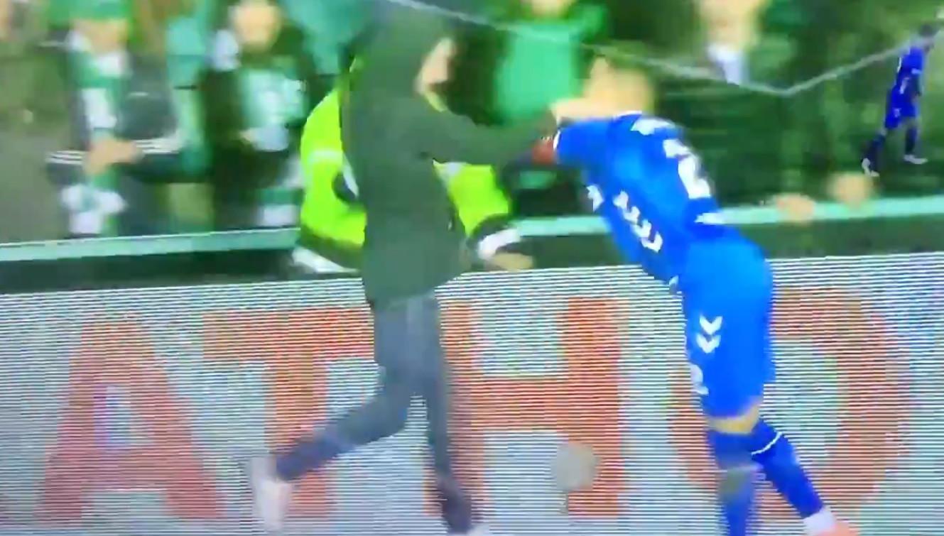 Assustador: Adepto invade relvado e agride capitão do Rangers