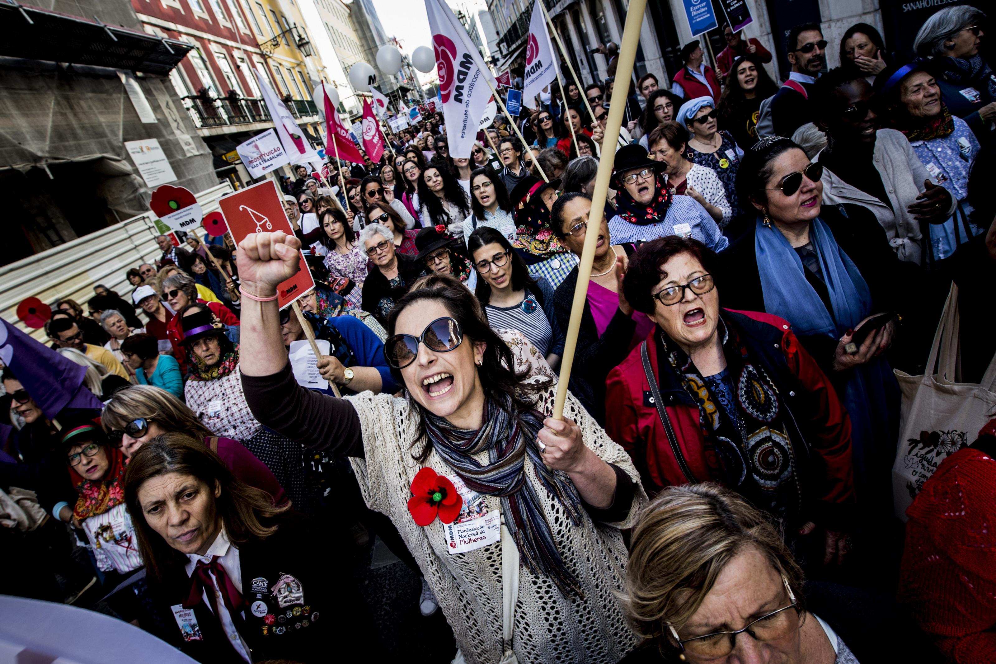"""Manifestação nacional pela """"igualdade na vida"""" junta milhares em Lisboa"""