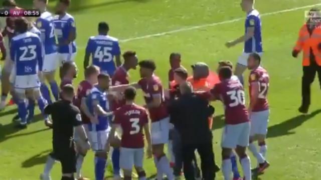 Adepto invade relvado e agride jogador do Aston Villa a soco