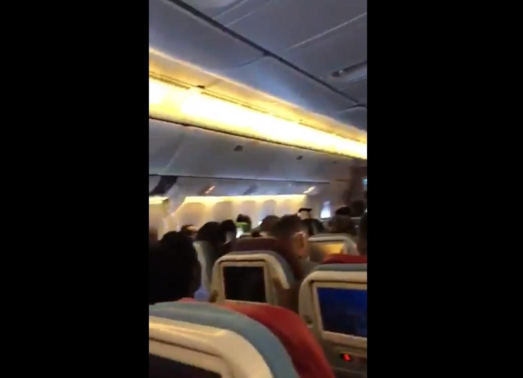 Vídeo mostra resultado de forte turbulência que deixou 30 feridos em voo