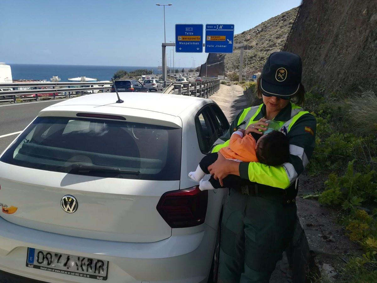 Agente da Guardia Civil alimenta bebé na estrada após pai sofrer enfarte
