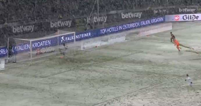 Ver para crer: Neve impede o golo do Hannover por um palmo