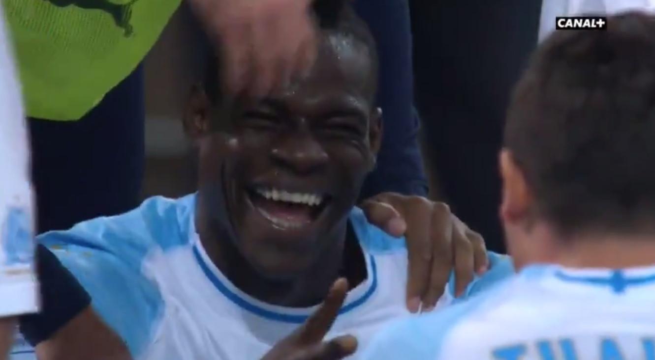 Balotelli marcou e depois jogou ao 'pedra, papel e tesoura' no relvado