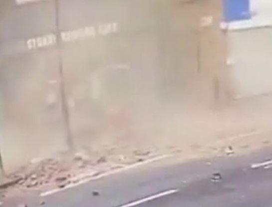 Tijolos caem de prédio segundos após homem passar. Escapou por pouco