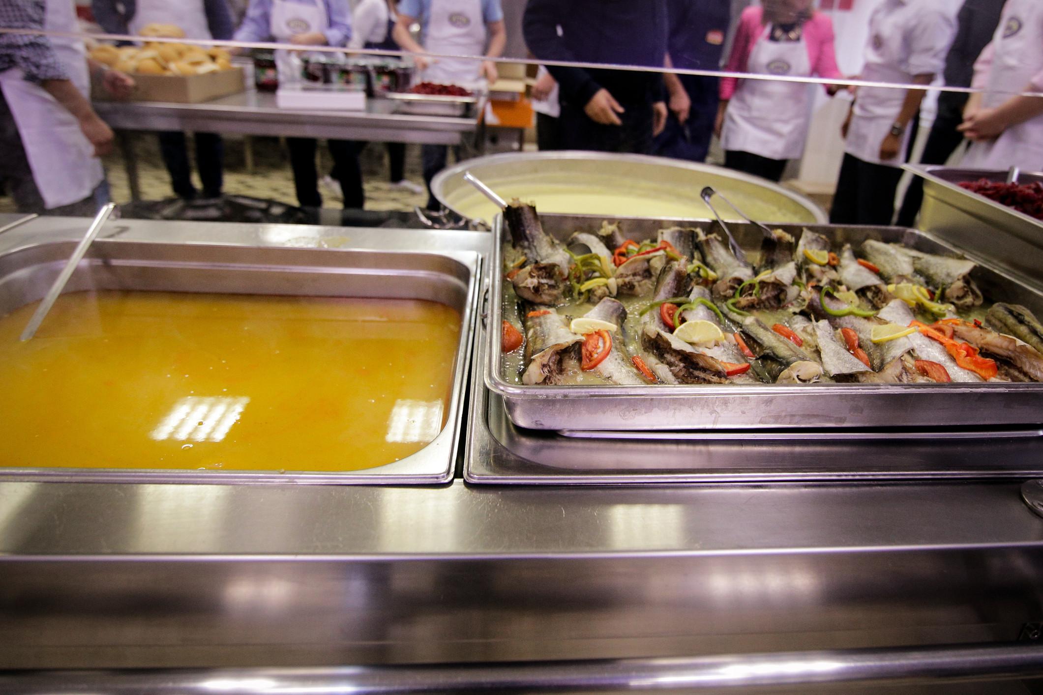 Alunos querem refeições das cantinas mais baratas e apoio para material