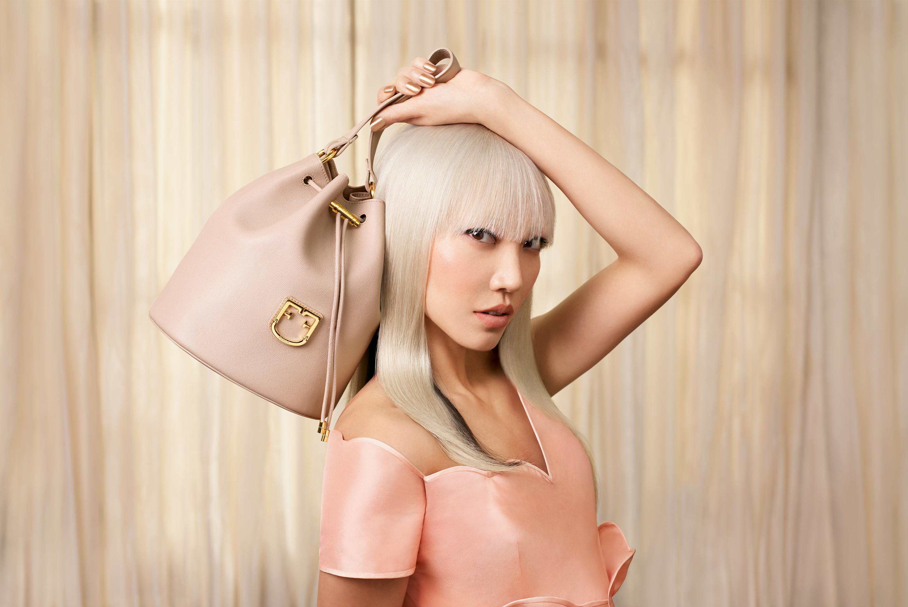 O bucket bag sensação: Furla apresenta a nova Furla Corona