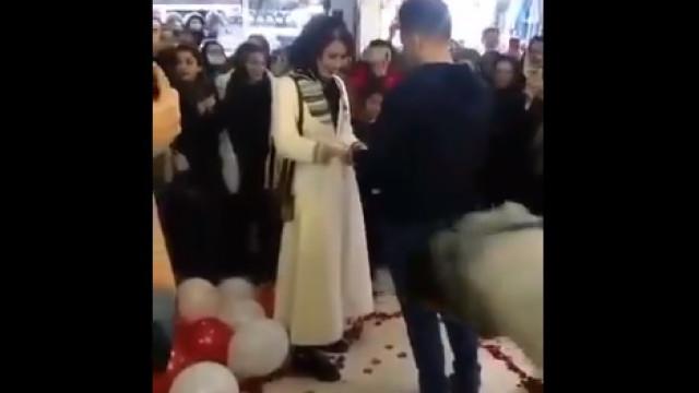Casal fica noivo em centro comercial e acaba preso por se abraçar