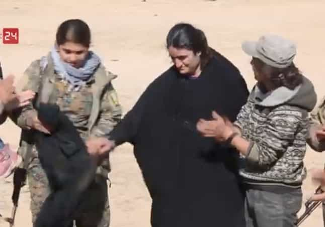 Mulher libertada do ISIS queima véu para celebrar
