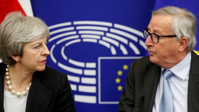 O 'novo' acordo de May, o aviso de Junker e a porta de saída. Será desta?