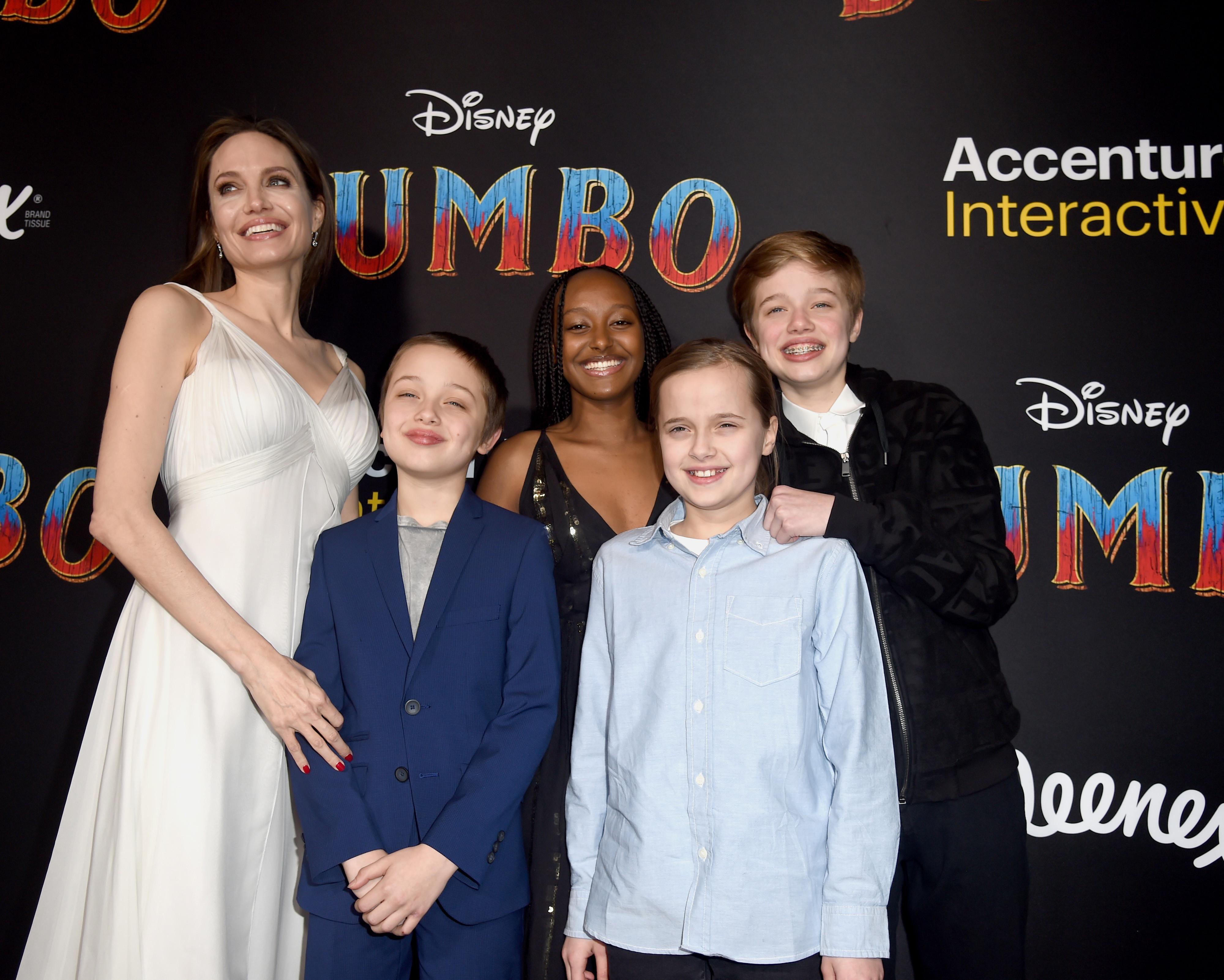 Angelina Jolie volta a surgir na companhia dos filhos em evento