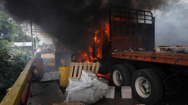 Ajuda humanitária terá sido incendiada por opositor de Maduro