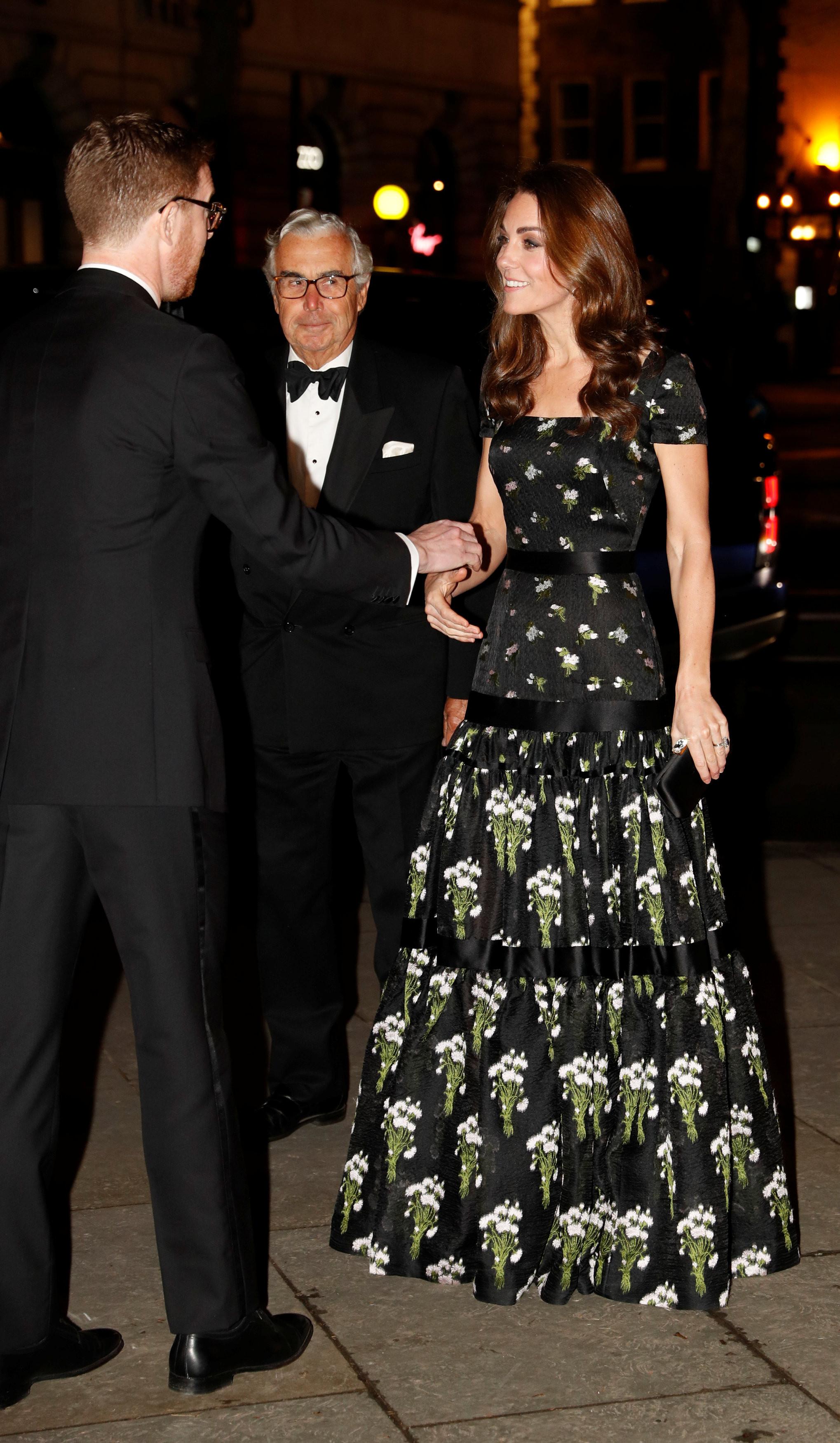 Kate Middleton deslumbrante com vestido floral em evento de arte