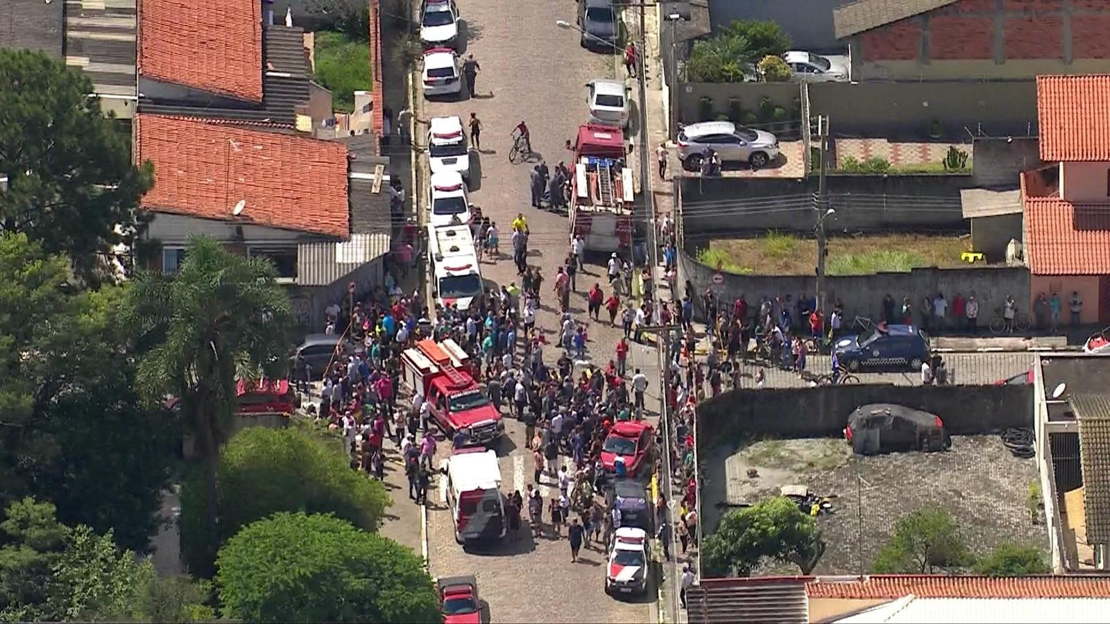 Atiradores mataram oito pessoas, entre elas crianças, em escola no Brasil