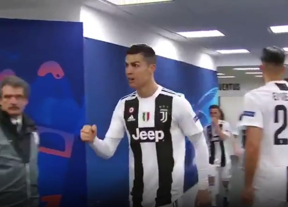 O gesto de Ronaldo com os companheiros ao intervalo