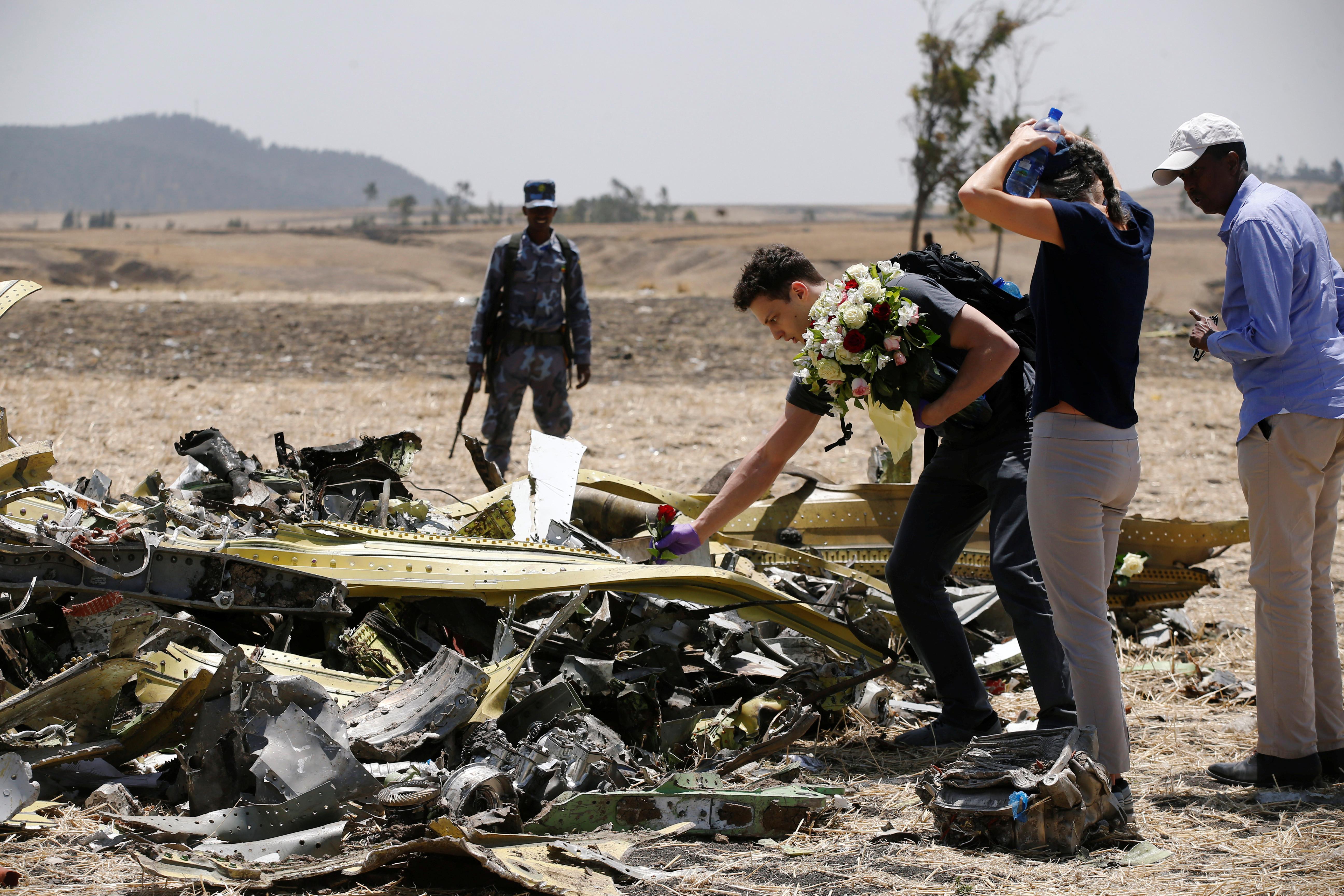 Familiares visitam local onde caiu avião  Etiópia Airlines