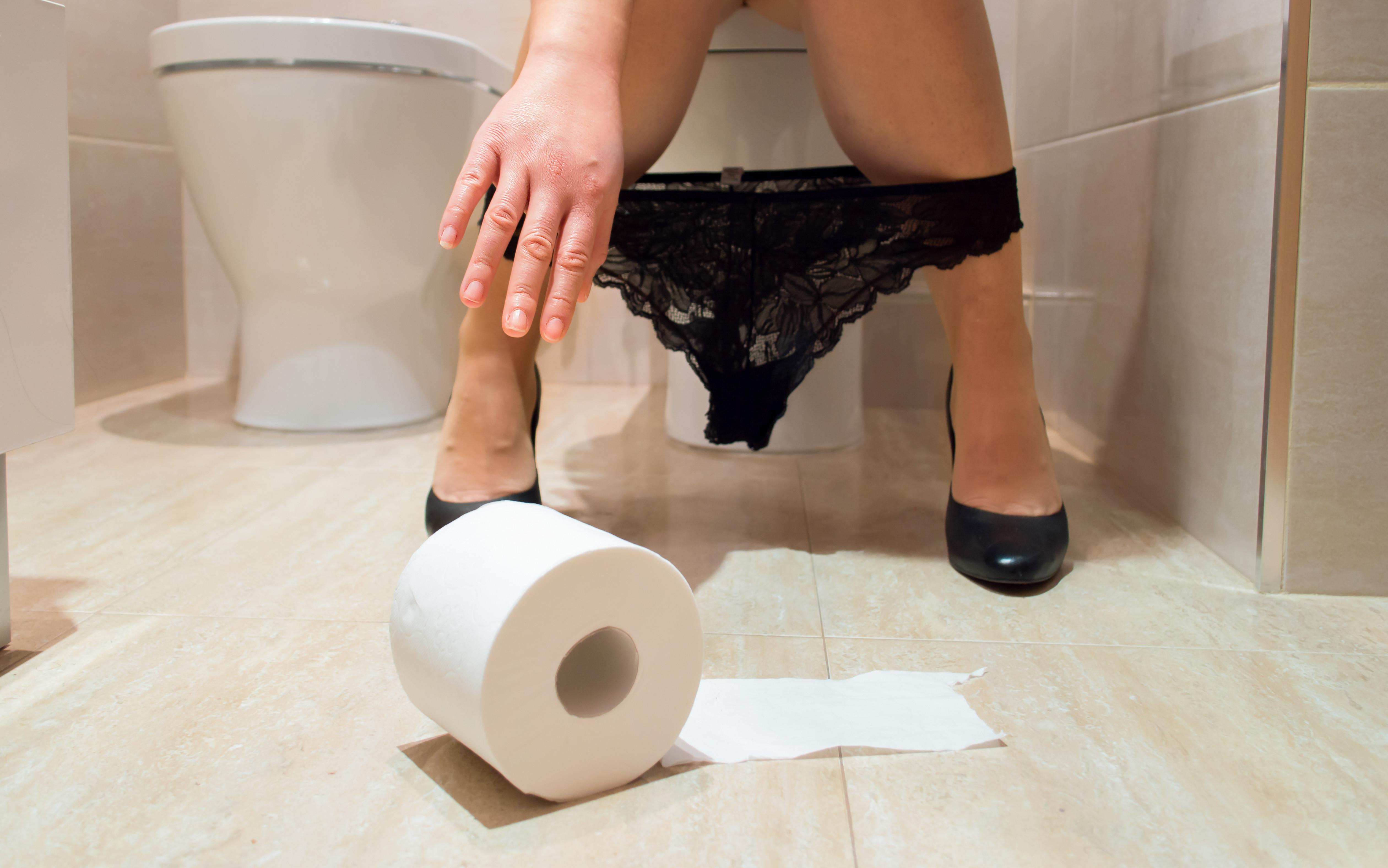 Porque alguns indivíduos não conseguem urinar com outra pessoa presente?