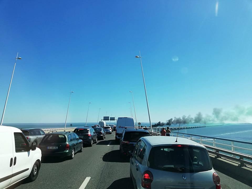 Camião a arder na Ponte Vasco da Gama corta trânsito. Veja as imagens