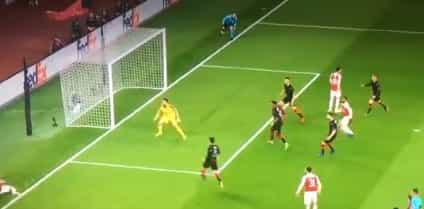 Insólito: Ozil virou as costas ao lance do segundo golo do Arsenal