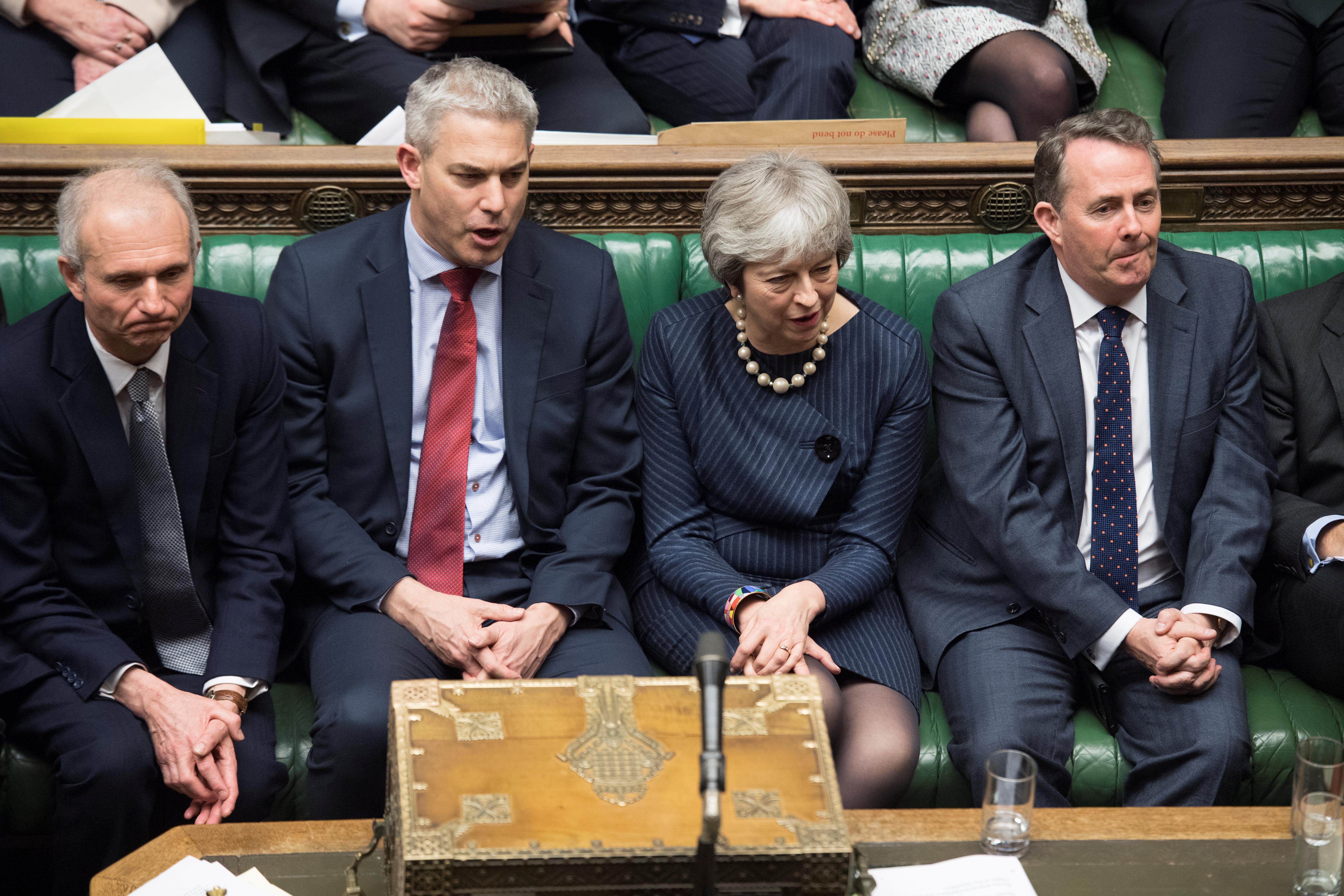 Rouca e desautorizada, May continua determinada à frente do governo