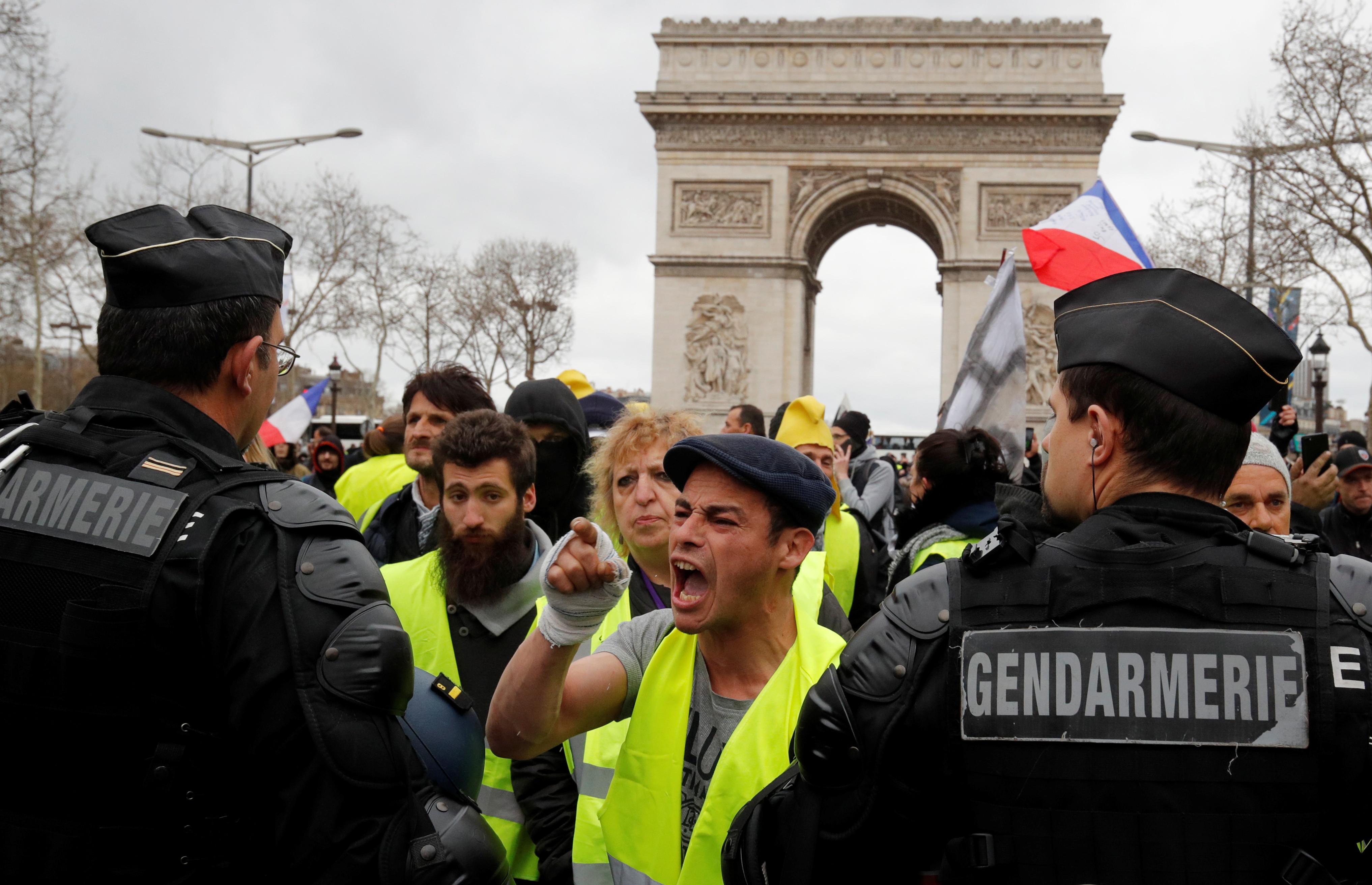 Mais de 40 detidos em novo protesto dos coletes amarelos em Paris